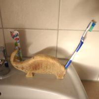Wunderbar sieht unser geschnitzter Dino aus. Da greifen die Kinder gerne zur Zahnbürste.  foto (c) kinderoutdoor.de