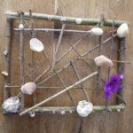 Kinder basteln mit Naturmaterialien einen Bilderrahmen aus Treibgut