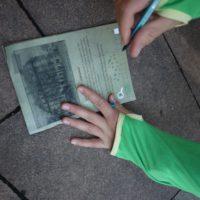 Schnitzeljagd in der Stadt für Kinder: Hier heißt es beobachten, nachfragen, zeichnen und Ideen haben.   foto (c) kinderoutdoor.de