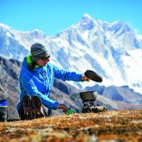 Outdoor Kochen im Winter ist ein Abenteuer. Mit dem Optimus Vega gelingt es.   foto (c) patiucci photo / optimus