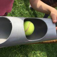 Bei der Tapirstaffel lasst Ihr den Ball von einem Rohr ins andere rollen.   foto (c) kinderoutdoor.de