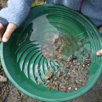 """Gold waschen mit Kindern in Silvretta Montafon: In der Nähe vom Kälbersee findet Ihr das eine oder andere """"Nugget"""".   foto (c) kinderoutdoor.de"""