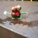 Kinder basteln mit Kastanien einen Frosch