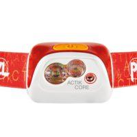 Die Stirnlampe Petzl Actik Core lässt sich mit wiederaufladbaren Akkus oder drei AAA Batterien betreiben. Beeindruckend ist das Verhältnis von Preis und Leistung sowie die Helligkeit.   foto (c) petzl