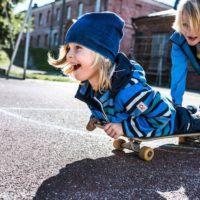 Reima #millionhoursofjoy-Kampagne: Besser die Kinder rollen auf dem Brett, als wenn sie sich nicht bewegen.   foto (c) reima