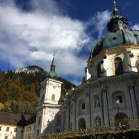Eine Familienwanderung in den Ammergauer Alpen führt Euch zum Kloster Ettal.  foto (c) kinderoutdoor.de