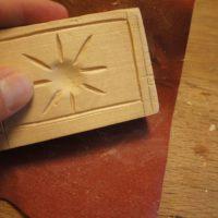 Beim Model schnitzen schleifen wir zum Schluß die Holzform ab.   foto (c) kinderoutdoor.de
