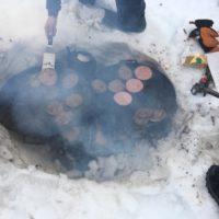 Outdoor Kochen im Winter: Es ist ein gewisser Aufwand, im Schnee ein Feuer zu entzünden.  foto (c) kinderoutdoor.de