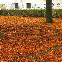 Land-Art im Herbst: Zeichnet Bilder ins bunte Laub.   foto (c) kinderoutdoor.de