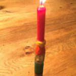 Kinder schnitzen einen Kerzenwichtel
