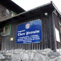Familienfreundliche Berghütten im Winter: Der Aufstieg vom DAV Haus Spitzingsee zur Oberen Firstalm lohnt sich. Hier beginnt eine familiengerechte Rodelbahn.  foto (c) kinderoutdoor.de