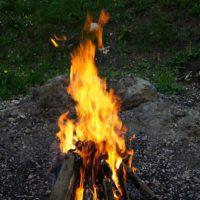 Lagerfeuer mit Kindern im Winter ist ein Abenteuer und Ihr als Eltern habt wenig Aufwand damit.   foto (c) kinderoutdoor.de