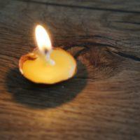 Wunderschön brennt unsere selbst gebastelte Bienenwachskerze.   foto (c) kinderoutdoor.de