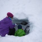 Schneehöhle bauen mit Kindern: Einfach mal reingraben
