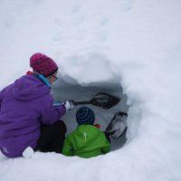 Eine Schneehöhle bauen ist für die Kinder im Winter ein besonderes Abenteuer.   foto (c) kinderoutdoor.de