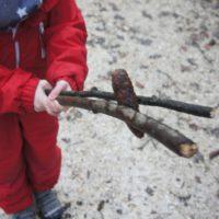 Bei der Schnitzeljagd im Wald geht es spannend her: Wer schafft es am weitesten mit den Zapfen?  foto (c) kinderoutdoor.de