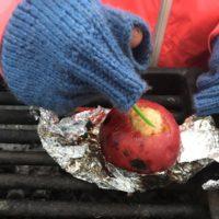 Fertig sind die Bratäpfel und die Kinder freuen sich darauf.   foto (c) kinderoutdoor.de