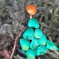 Wer trifft mit seinen Steinchen in die Becher von unserem Baum?  Foto (c) kinderoutdoor.de