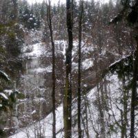 Der Obere Osterdorfer Wasserfall ist erreicht. Ein Abstieg ist auf dem schmalen Pfad zu gefährlich.   foto (c) kinderoutdoor.de