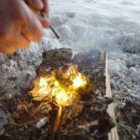 Der Zunder hat Feuer gefangen und brennt.   Foto (c) kinderoutdoor.de