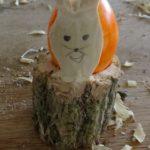 Schnitzen mit Kindern: Einen Eierbecher für Ostereier