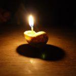 Basteln mit Schneckenhäuser: Eine Kerze aus Bienenwachs mit Binsendocht