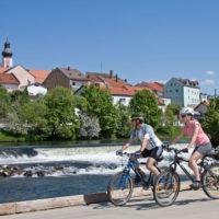 Radtour mit Kindern am Regentalweg. Schlösser, Burgen, Klöster und malerische Orte wie hier Cham gibt es dort zu entdecken.  foto (c) s. gruber