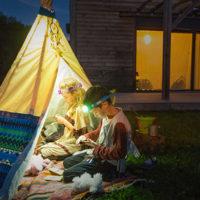 Eine Stirnlampe für Kinder die ihr Geld wert ist: Die Petzl Tikkid überzeugt mit ihren Details.   foto (c) petzl; arnaud childeric
