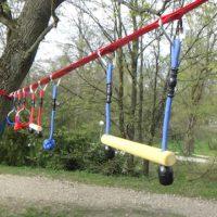 Die Slackers Ninja Line Kletter Parcours ist aufgebaut und die Kinder können daran entlang hangeln.   foto (c) kinderoutdoor.de
