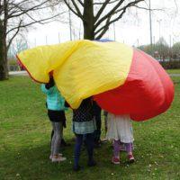 Ein Fallschirm bringt richtig Schwung in die Schnitzeljagd am Kindergeburtstag.  foto (c) kinderoutdoor.de
