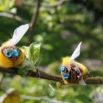 Kinder basteln Hummeln aus Naturmaterialien