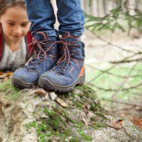 """Lowa Wanderschuhe für Kinder sind mehr als nur eine Sohle mit Schaft. """"Man darf das Design nicht vergessen. Kinder gehen nicht nach Funktion. Wenn der Schuh bunt ist, oder ein bestimmtes Detail wie z.B. ein Stern oder ein Muster auf dem Schuh sind, finden das viele Kinder toll - egal wie gut er passt"""", erklärt der Kindermediziner Dr. Micha Bahr.   foto (c) Lea Novi"""