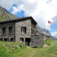 Eine Berghütte für Familien ist die Voralphütte. In einem ruhigen Seitental gelegen gibt es hier Mineralien zu finden und Steinböcke, Gämsen, Murmeltiere und Adler zu beobachten.   Foto (c) berggeist007  / pixelio.de