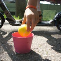 Bei der Schnitzeljagd für KInder mit Roller legen diese einen Ball aus der Fahrt heraus in einen Eimer oder Topf.  foto (c) kinderoutdoor.de