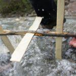 Kinder schnitzen eine Wassermühle mit dem Taschenmesser: Hier ist Schnitzanleitung dazu