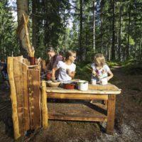 Juppis Zauberwald im Alpbachtal ist ein beliebtes Ausflugsziel für Familien. 2,5 Kilometer ist der Rundkurs kurz.   © shootandstyle.com