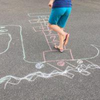 Schnitzeljagd für Kinder Wikinger: Drachenboot-Hüpfen.  foto (c) kinderoutdoor.de