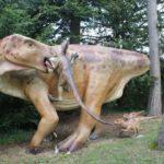 Wandern mit Kindern zu Dinosauriern: T-Rex, Stegosaurus und Brachiosaurus bei der Familientour