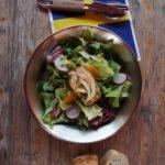 Outdoor Rezepte für Kinder: Lachs gegart auf Wildkräutersalat