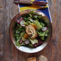 Outdoor Rezepte für Kinder sind simpel zu kochen und schmecken richtig gut. So wie unser gegarter Lachs auf dem Wildkräutersalat.  foto (c) kinderoutdoor.de