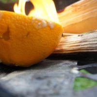 Bei unserem Outdoor Rezept kommen die Orangen seitlich an die Glut vom Lagerfeuer.   foto (c) kinderoutdoor.de