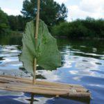 Outdoor basteln mit Kindern: Ein Schilf Floß mit Segel sticht in fünf Minuten in See!