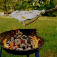 Über das offene Feuer haltet Ihr die Outdoor Pfanne aus einer Astgabel und Alufolie.   foto (c) kinderoutdoor.de