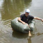 Bushcraft für Kinder: Ein Boot aus Plane und Müllsäcken bauen in weniger als zehn Minuten
