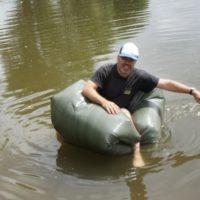 Unsere Bushcraft Aktion für die Kinder ist fertig und das Boot schwimmt.   foto (c) kinderoutdoor.de