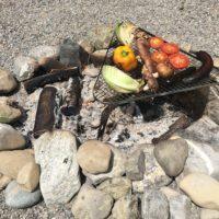 Outdoor Rezepte für Kinder und das Gemüse brutzelt über dem Lagerfeuer.  foto (c) kinderoutdoor.de