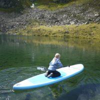 Wandern mit Kindern an Seen der Tiroler Zugspitz Arena: Auch das SUP Board lässt sich hier paddeln.   foto (c) kinderoutdoor.de