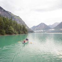 Am Heiterwangersee mit dem Ruderboot die Berge erkunden. Da sind die Kinder sofort dabei.   Foto (c)  Tiroler Zugspitz Arena / C. Jorda