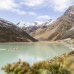 Floßfahrt mit Kindern in Tirol: Wasser hat Balken auf dem Rifflsee