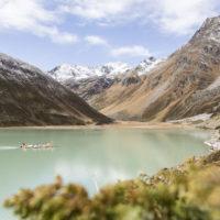 Floßfahrt mit Kindern in Tirol auf dem höchsten und größten Bergsee Österreichs: Mit dem Floß schippert Ihr nach einer Wanderung über den Rifflsee.  ©Daniel Zangerl
